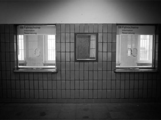 Schalter im Bahnhof